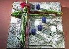 Dekoracje na Wszystkich Świętych. Dekoracje z kory i kwiatów na groby