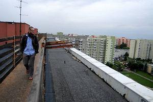 Wchodz� do mieszka� przez molo na dachu