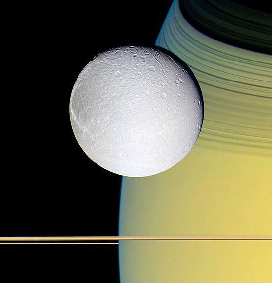 Cassini: W 1997 roku NASA wycelowa�a Cassini-Huygens w kierunku Saturna i czeka�a. Siedem lat p�niej, sonda Cassini wesz�a w orbit� Saturna i zacz�a wysy�a� przepi�kne kolorowe zdj�cia planety, jej ksi�yc�w i pier�cieni. W 2004 roku od sondy od��czy� si� pr�bnik Huygens. Po okr��eniu Tytana, Huygens wyl�dowa� na tym ksi�ycu w styczniu 2005 roku - wys�a� naukowcom najbardziej szczeg�owe zdj�cia powierzchni Tytana jakie kiedykolwiek widziano.  Od tamtej pory, Cassini w dalszym ci�gu robi zdj�cia systemu planetarnego. Na tym zdj�ciu zrobionym w pa�dzierniku 2005 roku wida� blady, lodowaty ksi�yc Saturna, Dion na z�oto-niebieskim tle planety.