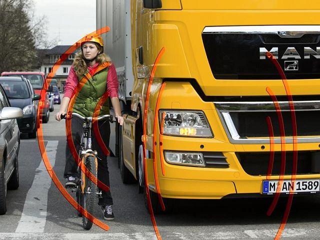System wykrywania pieszych i rowerzystów w ciężarówkach MAN ostrzega kierowcę za pomocą kontrolki na desce rozdzielczej i w razie konieczności sygnałem dźwiękowym