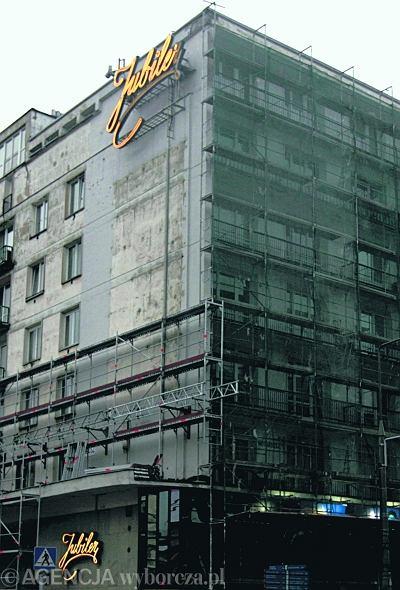 Neon 'Jubiler' na fasadzie kamienicy u zbiegu Al. Jerozolimskich z ul. Kruczą.  / Fot. Jacek Łagowski  / AG