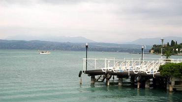 Widok na jezioro z mola przy Piazza Flaminia