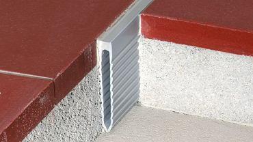 Profil dylatacyjny oddziela posadzki i jednocześnie wypełnia szczelinę dylatacyjną w wylewce betonowej