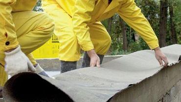 Izolację poziomą ścian fundamentowych robi się z dwóch warstw papy na lepiku