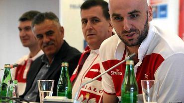 Marcin Gortat, trener Muli Katzurin i Roman Ludwiczuk podczas ME w Polsce