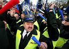 Protest policjant�w. Pod siedzib� rz�du zamiast barier policjantki