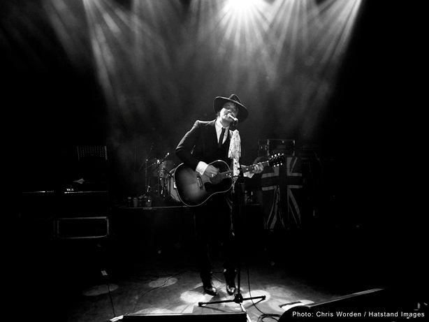 """Peter Doherty opublikował teledysk do piosenki """"Flags of the Old Regime"""", która ma być hołdem dla Amy Winehouse."""