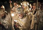 O p�nocy z soboty na niedziel� w uroczystej procesji cerkiew �w. Marii Magdaleny na Pradze okr��yli prawos�awni. Przewodzi im metropolita warszawski i ca�ej Polski abp Sawa (w g��bi z trzema �wiecami)