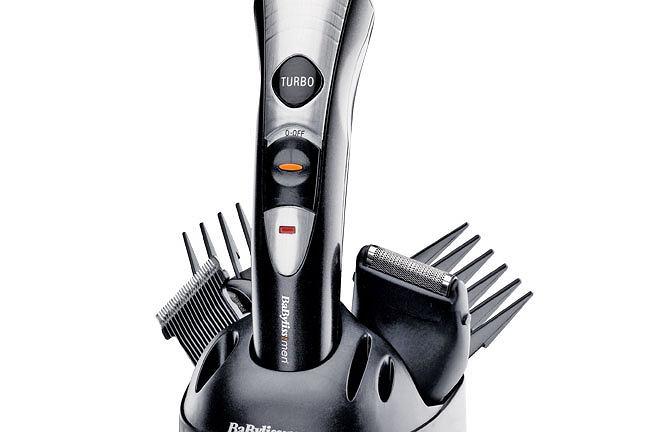 BaByliss E832E; Cena: 179zł ; Co tam dwa w jednym. Trzy w jednym. A niech to - co tam nawet pięć w jednym! Ten trymer to urządzenie 8-w-1. Wymienne głowice umożliwiają zróżnicowane strzyżenie włosów, ciała, brody, nosa, uszu oraz golenie twarzy i ciała. Ma wytrzymałą ceramiczną obudowę, silnik z funkcją turbo oraz samosmarujące się ostrza ze stali nierdzewnej. Praktyczny.