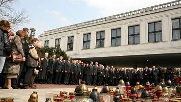 Polityka, wybory, głosowania - na to przyjdzie czas po żałobie. Teraz wszyscy koncentrują się na godnym pożegnaniu ofiar katastrofy - mówili politycy. Na zdjęciu przedstawiciele Sejmu i rządu oddają hołd zmarłym (niedziela 11.04, dziedziniec Sejmu)
