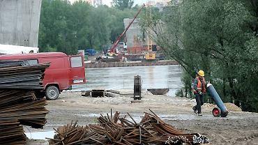 Na terenie budowy mostu północnego w Warszawie rozpoczęto ewakuację ciężkiego sprzętu
