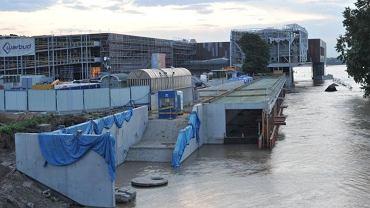 Budowa Centrum Nauki Kopernik podczas wysokiej fali na Wiśle w maju