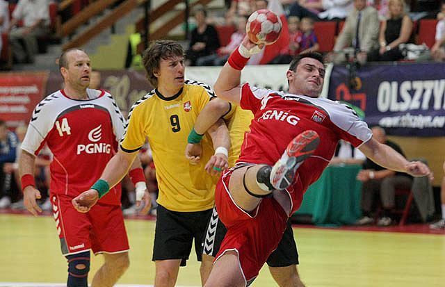 Daniel Żółtak (z nr 10 na koszulce) podczas meczu reprezentacji Polski z Litwą w hali Urania (2010 r.)