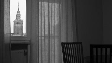 """""""Pałac Kultury i Nauki - PKiN w oknie stającego niedaleko apartamentowca."""""""