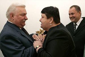 Lech Wałęsa przyjmuje życzenia urodzinowe od Henryki Krzywonos - sygnanitariuszki Porozumień Sierpniowych. Tak wyglądało uroczyste przyjęcie urodzinowe Lecha Wałęsy z okazji 67. urodzin. Zobacz, kto jeszcze wpadł na imprezę.