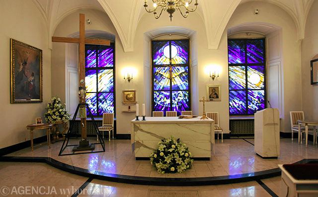 10 listopada krzyż przeniesiono z kaplicy w Pałacu Prezydenckim do kościoła Św. Anny