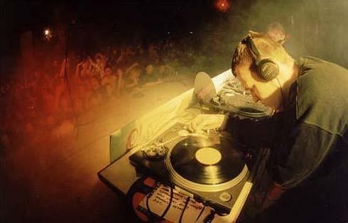 W niektórych fitness klubach w Londynie, dj gra na żywo.