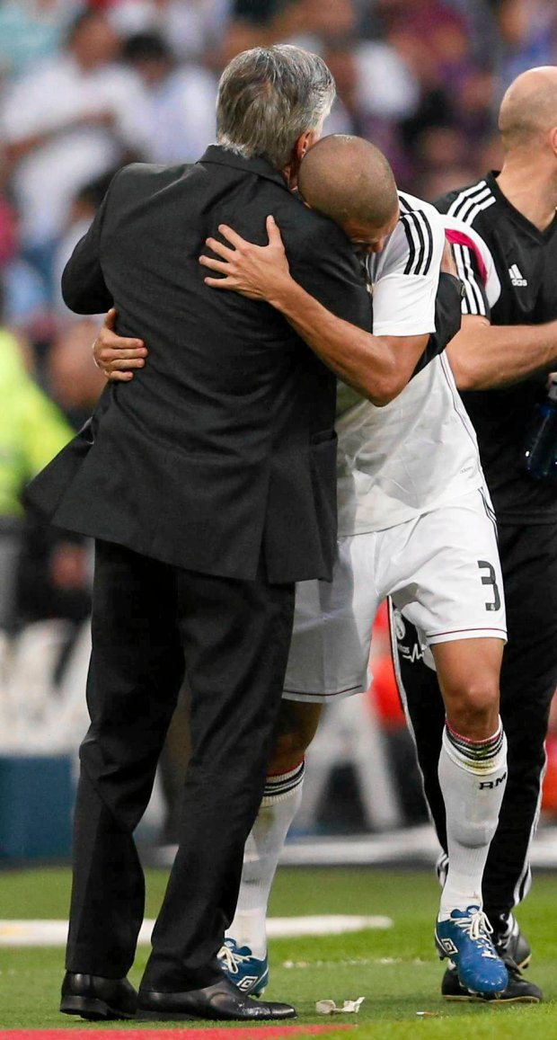 "Real Madrid's Pepe (R) hugs coach Carlo Ancelotti after scoring against Barcelona during their Spanish first division ""Clasico"" soccer match at the Santiago Bernabeu stadium in Madrid October 25, 2014.   REUTERS/Juan Medina (SPAIN  - Tags: SOCCER SPORT)   SLOWA KLUCZOWE: :rel:d:bm:LR1EAAP1C7CYG"