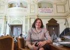 Anna Ko�akowska, kontrowersyjna radna PiS, sprawdza kandydat�w do odznacze�