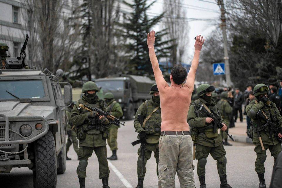 P�nagi Ukrainiec protestuje przeciwko obecno�ci obcych wojsk w Ba�ak�awie, na obrze�ach Sewastopolu