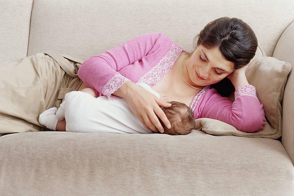 Mamie po cesarskim cięciu najwygodniej jest karmić na leżąco.