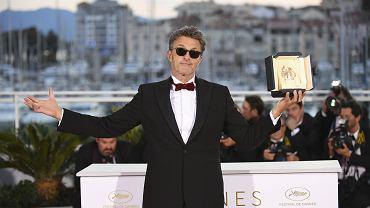 Paweł Pawlikowski w Cannes odbiera nagrodę za reżyserię filmu 'Zimna wojna'