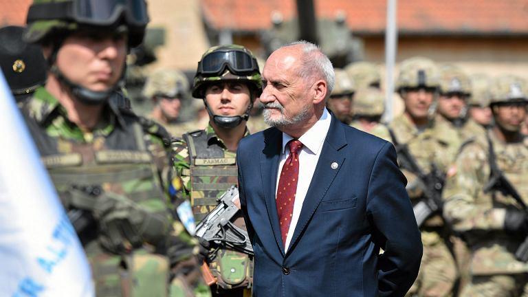 ~Sekretarz generalny NATO Jens Stoltenberg oraz szef MON Antoni Macierewicz wizytuja miedzynarodowa Grupe Batalionowa w Orzyszu
