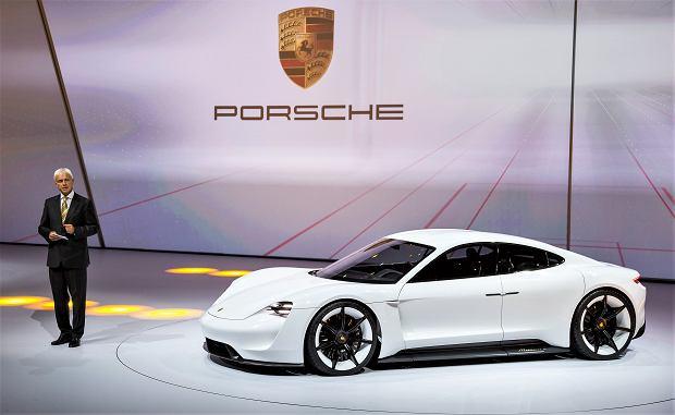 Porsche Taycan Tesla killer - bo tak jest określany - czyli podobne osiągi, lepsze wykonanie i gotowość do szybkiej jazdy po niemieckich autostradach, które nie są żywiołem Tesli. Dzięki 800-woltowej instalacji będzie to najszybciej ładowany 'elektryk' świata - w kwadrans do zasięgu >350 km. Nieco mniejszy od Panamery, ma kosztować podobnie - od 450 tys. zł. Debiut - 2019 r. Produkcja - 20 tys./rok.