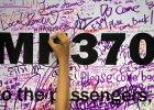 Podpisy na tablicy z numerem lotu zaginionego samolotu