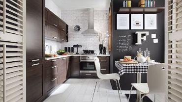 Ściana pokryta farba tablicową ładnie się komponuje z resztą pomieszczenia.