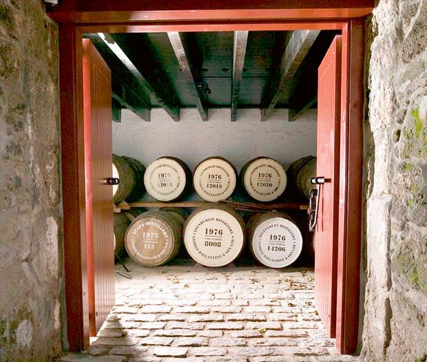Historia whisky Ballantines: magiczna mieszanka, alkohol, whisky, logo z klasą, Ballantines