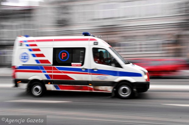 Pacjent z no�em w brzuchu odes�any z trzech szpitali. Spraw� wyja�ni NFZ