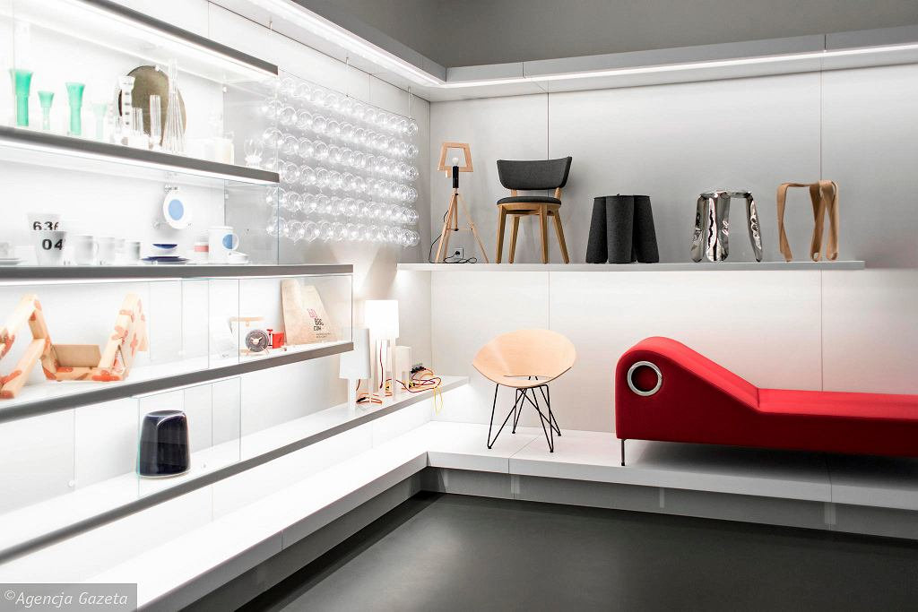 W Galerii Wzornictwa Polskiego zobaczymy zarówno przedmioty, które były w powszechnym użyciu, jak również luksusowe: meble, tkaniny, biżuterię, zabawki, sprzęt gospodarstwa domowego, szkło i ceramikę, odbiornik telewizyjne i radiowe / DAWID ŻUCHOWICZ