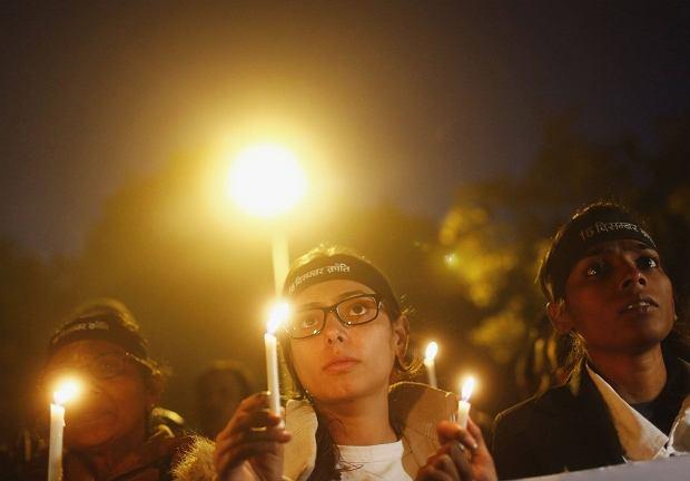 Protestujący po jednym z brutalnych gwałtów w Indiach