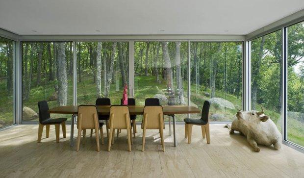 Okna Clean House wychodzą z jednej strony Peconic Bay, z drugiej na las. Dziełeo Stuart Parr Design, to nowoczesny dom, z sięgającymi od podłogi do sufitu oknami z każdej strony budynku, za którymi można podziwiać dwa oblicza przyrody.