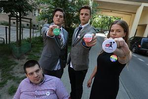 Licealiści mieli ze sobą przypinki Parady Równości i Partii Razem. Nie zostali wpuszczeni do Sejmu