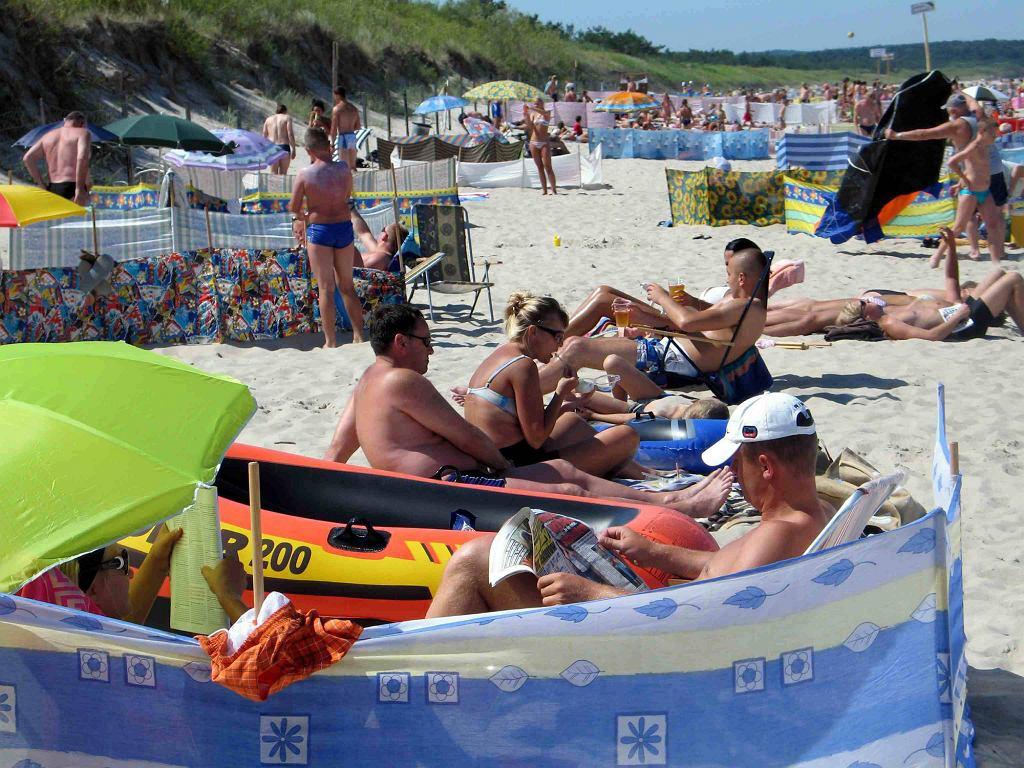 Polacy słyną ze stawiania na plaży parawanów (fot. Mieczysław Michalak)