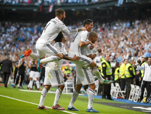 "Real Madrid's Pepe (R) celebrates with teammates after scoring against Barcelona during their Spanish first division ""Clasico"" soccer match at the Santiago Bernabeu stadium in Madrid October 25, 2014.      REUTERS/Sergio Perez (SPAIN  - Tags: SOCCER SPORT)   SLOWA KLUCZOWE: :rel:d:bm:LR1EAAP1C4TYB"