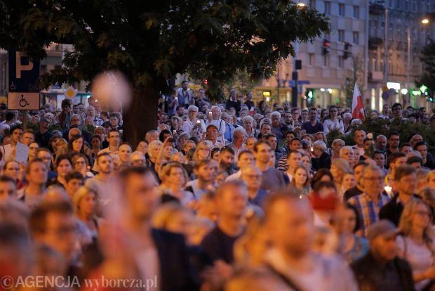 Zdjęcie numer 17 w galerii - Tłumy przed Sądem Okręgowym w Łodzi. Kolejny dzień protestów przeciwko zmianom PiS w sądownictwie [ZDJĘCIA]