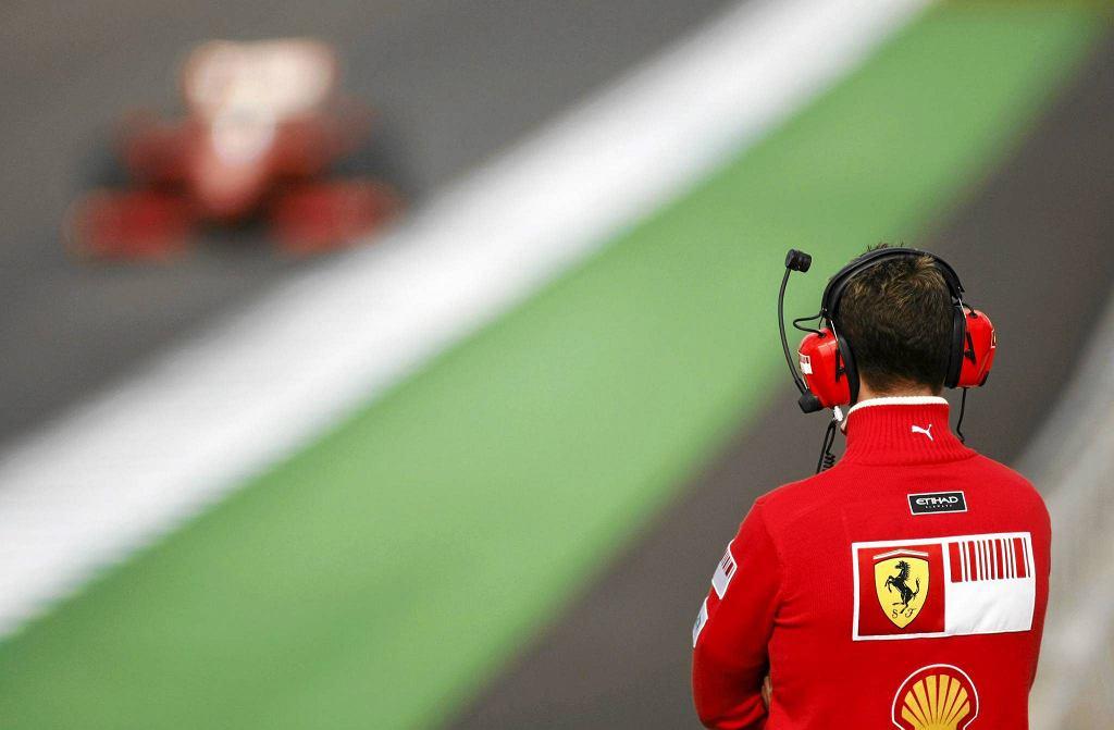 Były kierowca Ferrari, mistrz świata Formuły 1 Michael Schumacher obserwuje jazdę Felipe Massa podczas sesji treningowej na torze Jerez w południowej Hiszpanii, 3 marca 2009