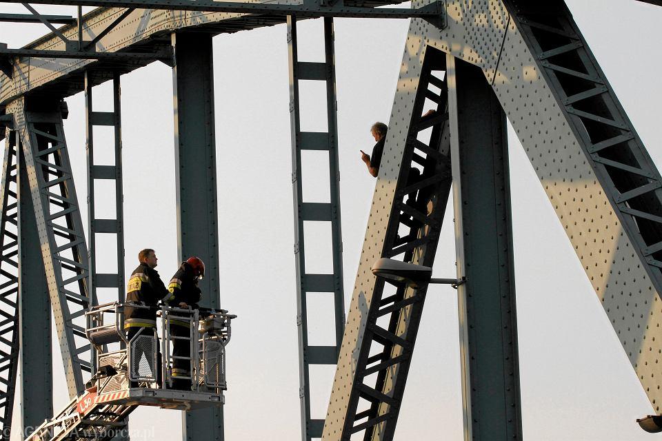 Samobójca na moście drogowym im Piłsudskiego. Z mężczyzną negocjują strażacy. Toruń, 27 lipca 2013