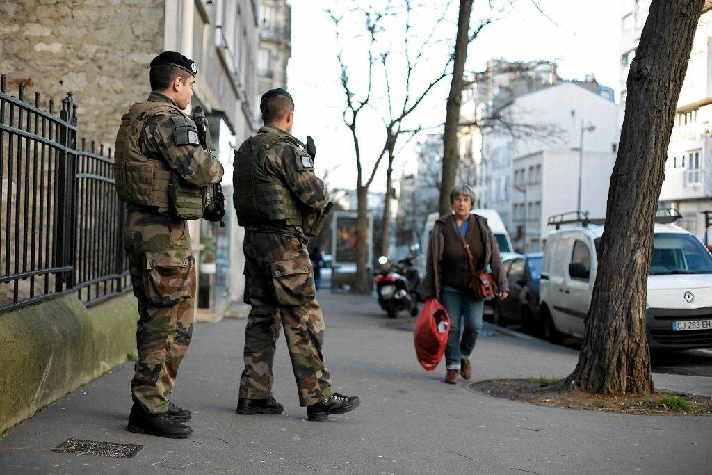 http://bi.gazeta.pl/im/91/76/10/z17263761IH,Uzbrojeni-zolnierze-na-ulicy-w-Paryzu.jpg