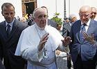 Papież Franciszek przed letnią rezydencją w Castel Gandolfo