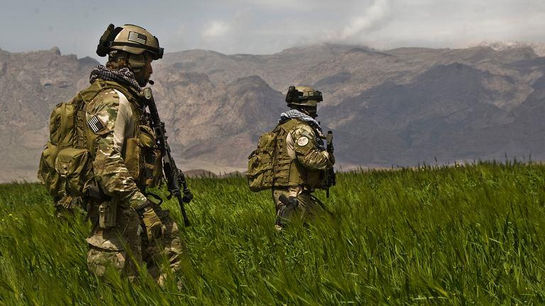 Członkowie amerykańskich oddziałów specjalnych na patrolu w Afganistanie