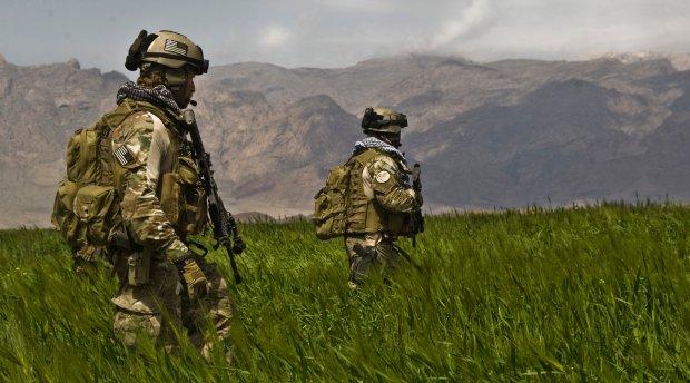 Cz�onkowie ameryka�skich oddzia��w specjalnych na patrolu w Afganistanie