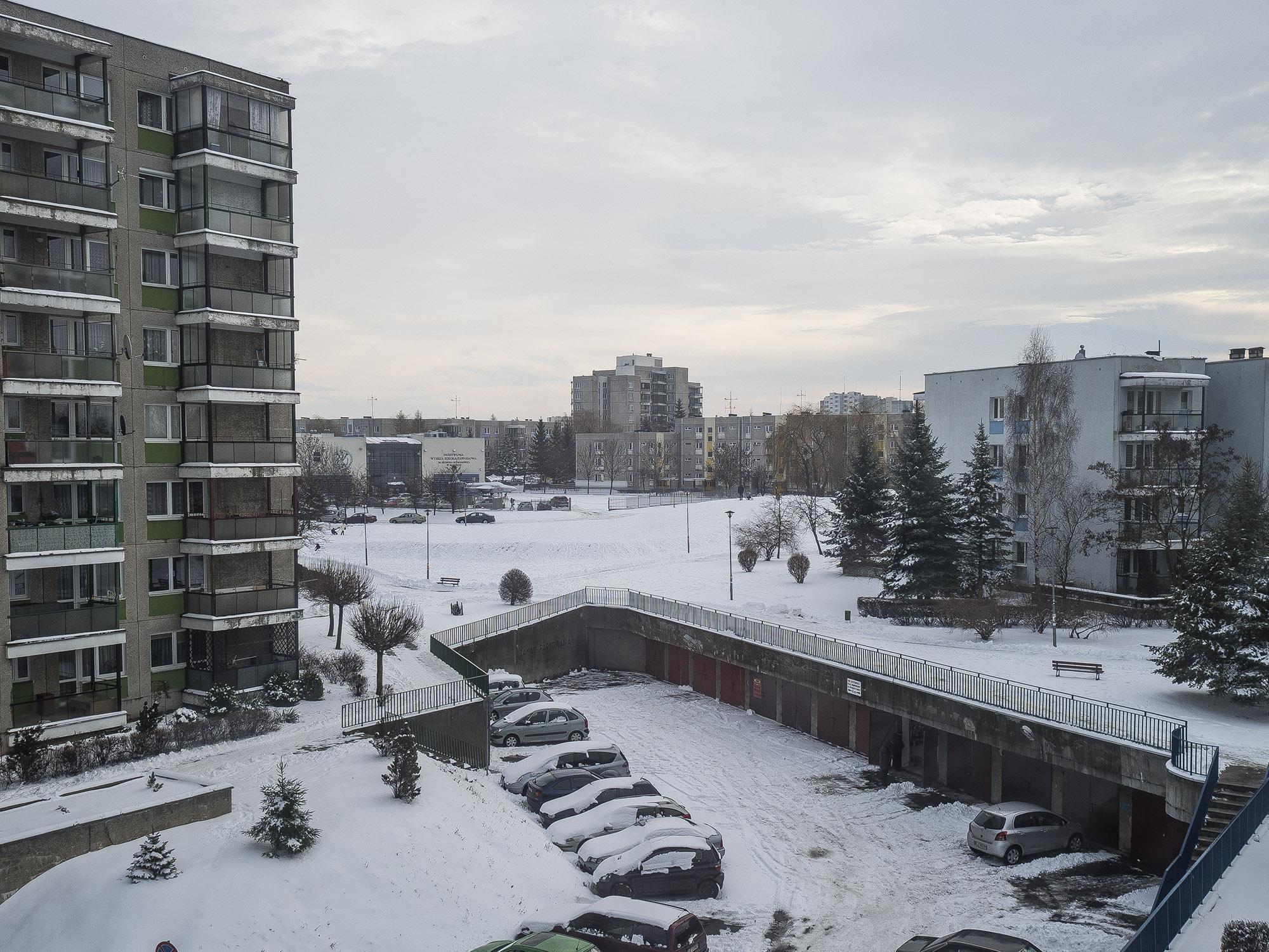 Do każdego z mieszkań przyporządkowane jest miejsce parkingowe (fot. Filip Springer)
