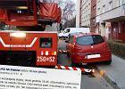 Strażacy z Krakowa jadą ratować staruszkę. Podjeżdżają pod blok... A tam problem!