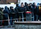 Uchod�cy czekaj� przed o�rodkiem pomocy spo�ecznej w Berlinie