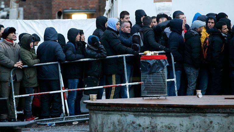 Uchodźcy czekają przed ośrodkiem pomocy społecznej w Berlinie
