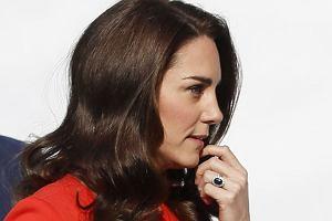 Ostatnio księżna Kate wraz z księciem Williamem i Harrym pojawiła się na otwarciu szkoły dla adeptów dziennikarstwa. Cała rodzina królewska prezentowała się oczywiście perfekcyjnie, ale szczególną uwagę zwracała filigranowa figura księżnej Cambridge. Kate chudnie z każdym dniem i nie da się tego nie zauważyć. Przekonajcie się sami.
